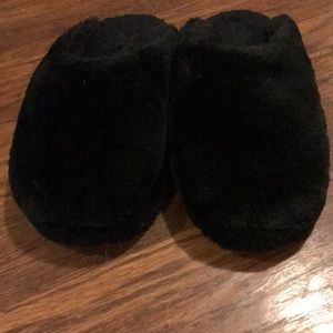 Girls fuzzy slippers. Size 5/6